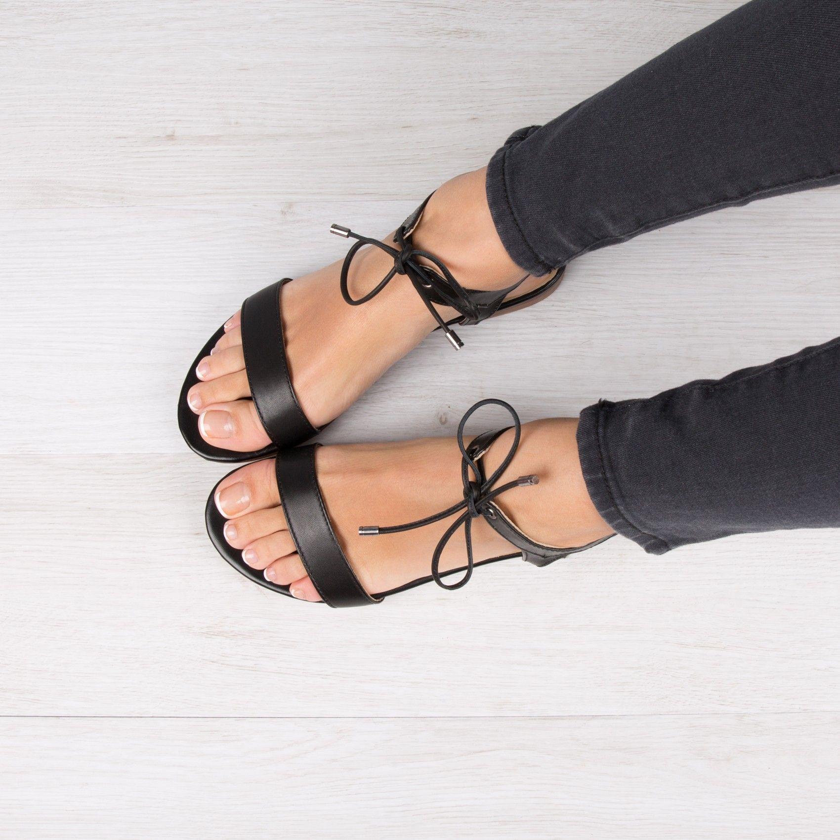 316450a630ffab Nu pieds noir tendance | Fringues Ect... | Chaussures sandales, Pied ...