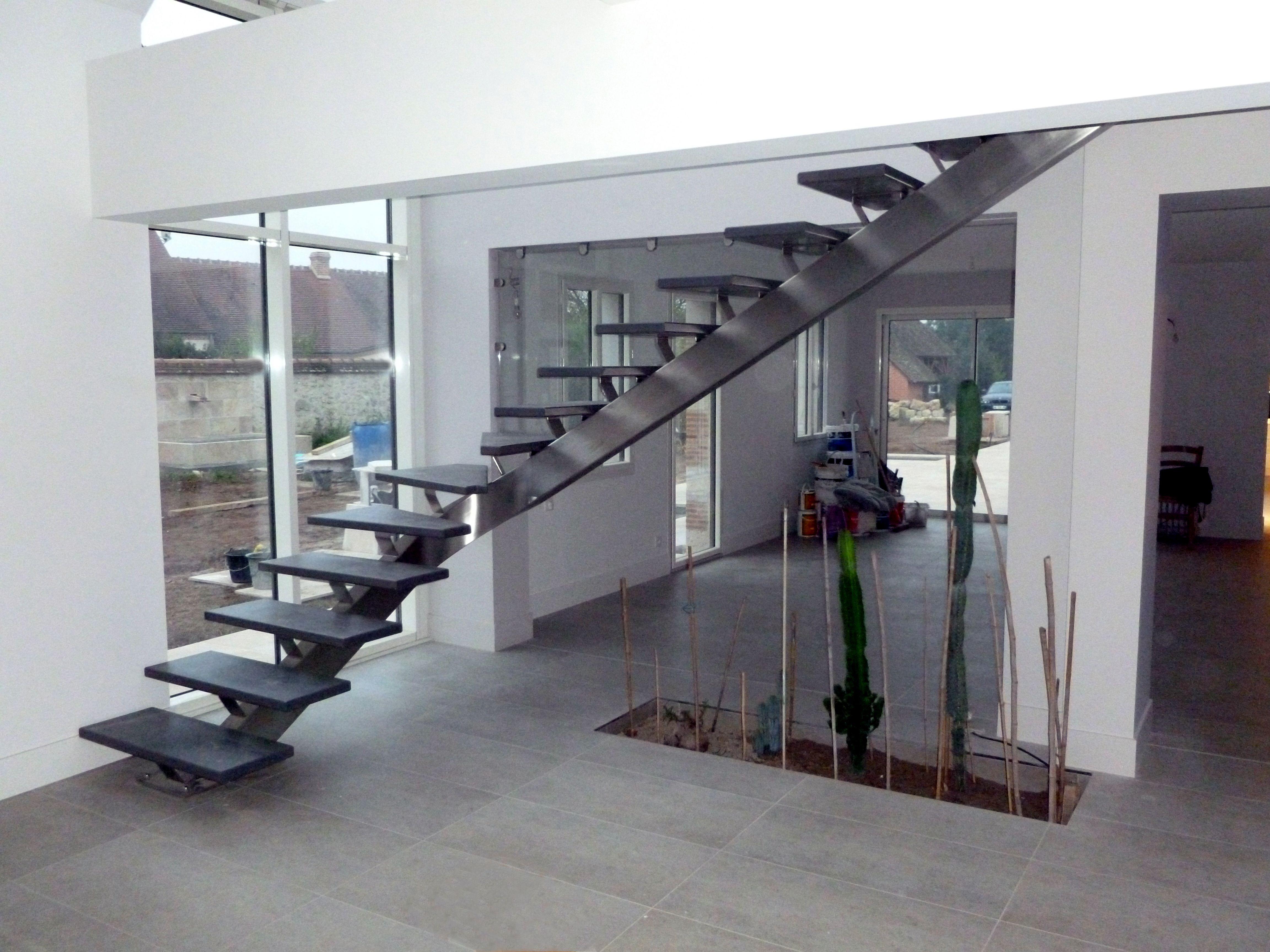 GAMME CONTEMPORAINE Escalier 1/4 tournant, limon en inox. © OéBa