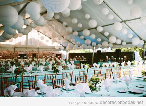 decoración de un salón de bodas en una carpa de tela con globos de