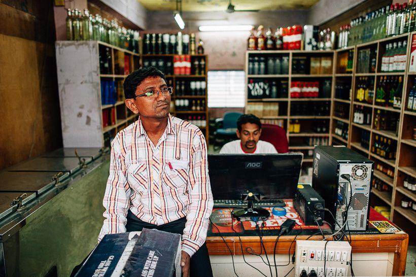 Liquor store Diu. Rundreise durch den Bundesstaat Gujarat in Indien. Als Reisereporter unterwegs mit Roteltours. Reiseblog von Marion und Daniel.