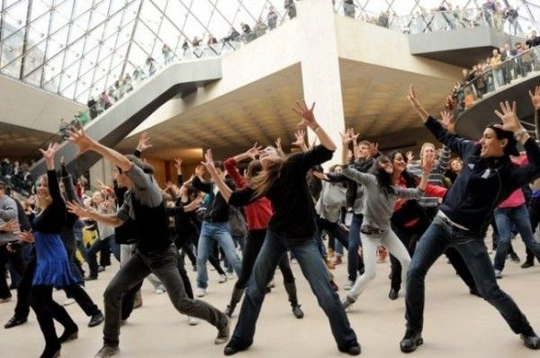 Dance is also present in public places through the concept of the flash mob! The dance brings people together!