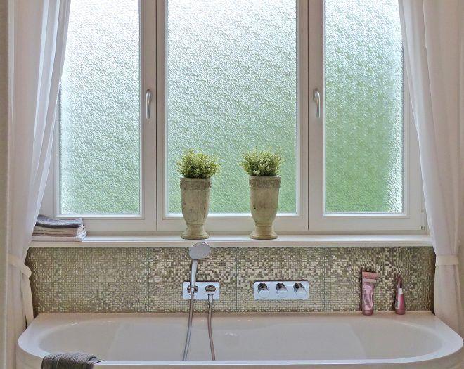 Ein Badezimmer Wie Im Marchen Klassische Weisse Altbaufenster Mit Strukturglas Als Sichtschutz Sorpetaler Fensterbau Fonster