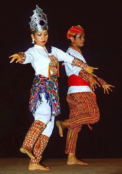 a07fb94c4e60 A Yakan couple performing Paunjalay, a traditional wedding dance | The  Other 10% of the Philippines | Philippines culture, Filipino, Filipino  culture