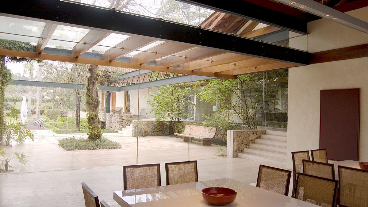 Decoração, design de interiores, decoração de casa, plantas, plantas na decoração, ambientes integrados, casa de campo, transparência, sala de jantar, mesa branca.