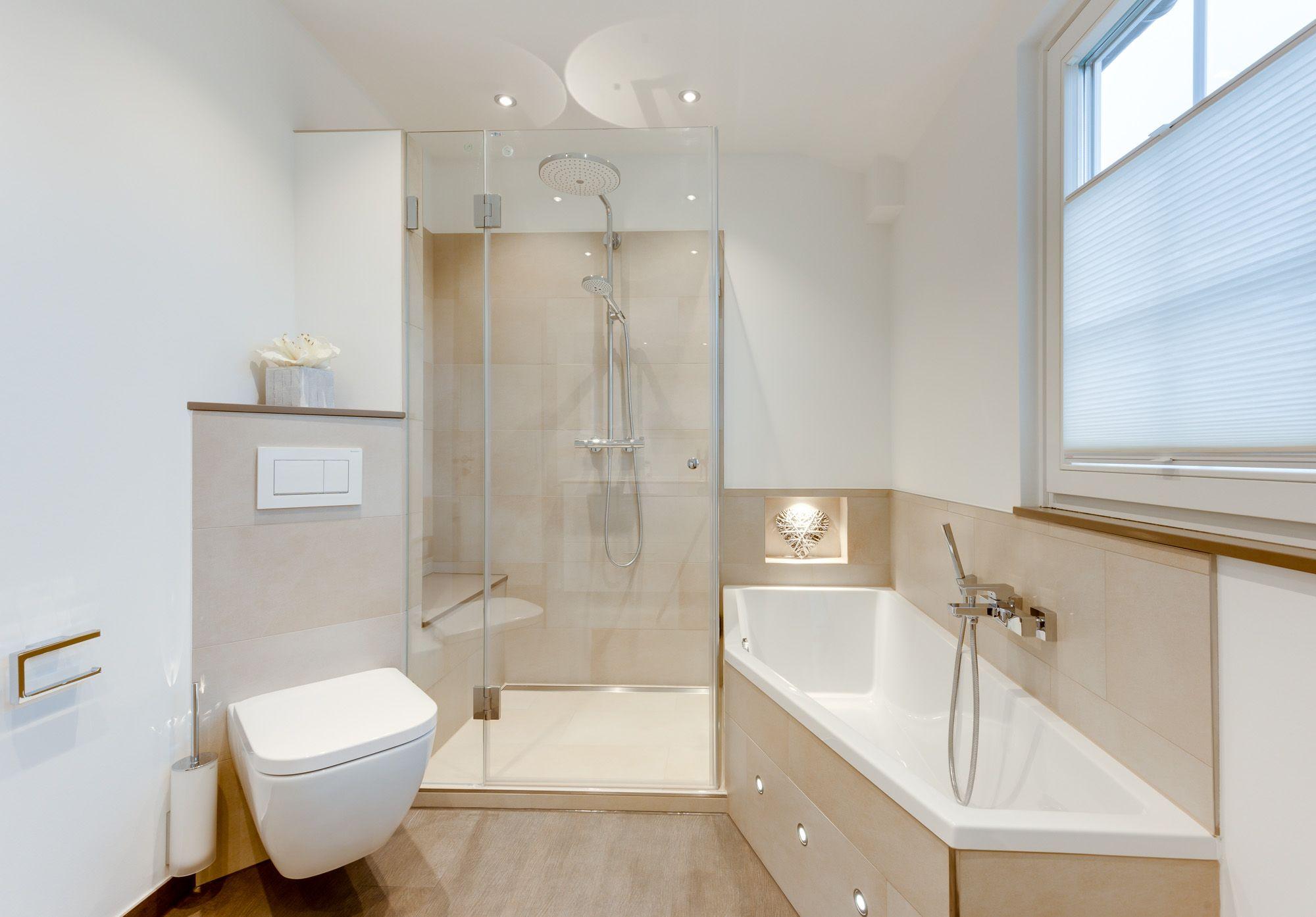 In der geräumigen Dusche mit integriertem Duschsitz wird