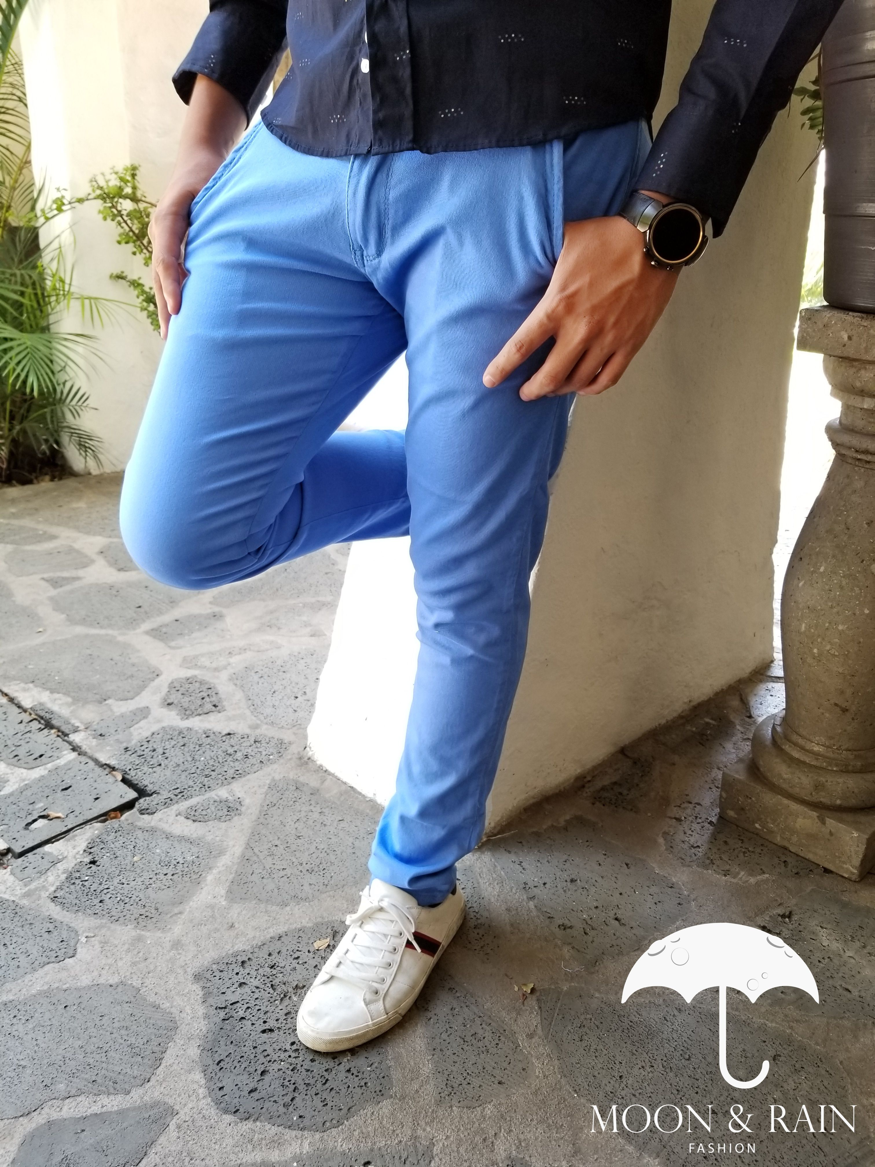 Outfit Para Hombre Pantalon Skinny De Gabardina Azul Cielo Tenis Blancos Disenos De La Marca Moon Rain Pantalon Azul Hombre Ropa De Hombre Pantalon Azul