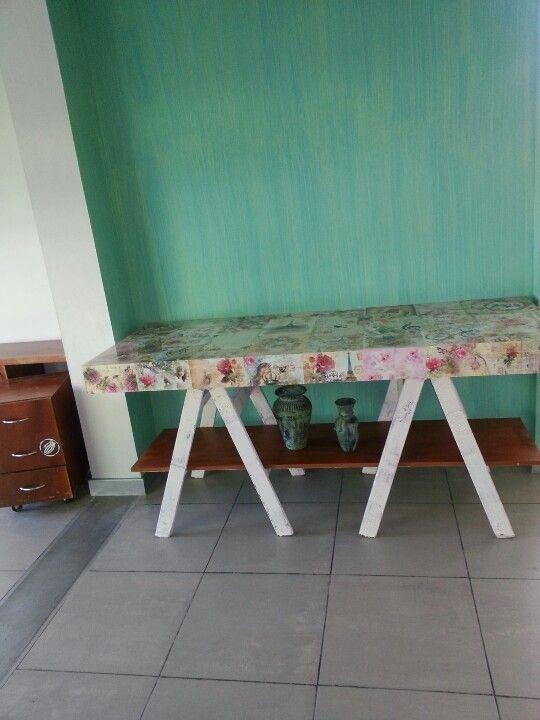 En un momento de inspiracion hice esta mesa para el.hall de recepcion.