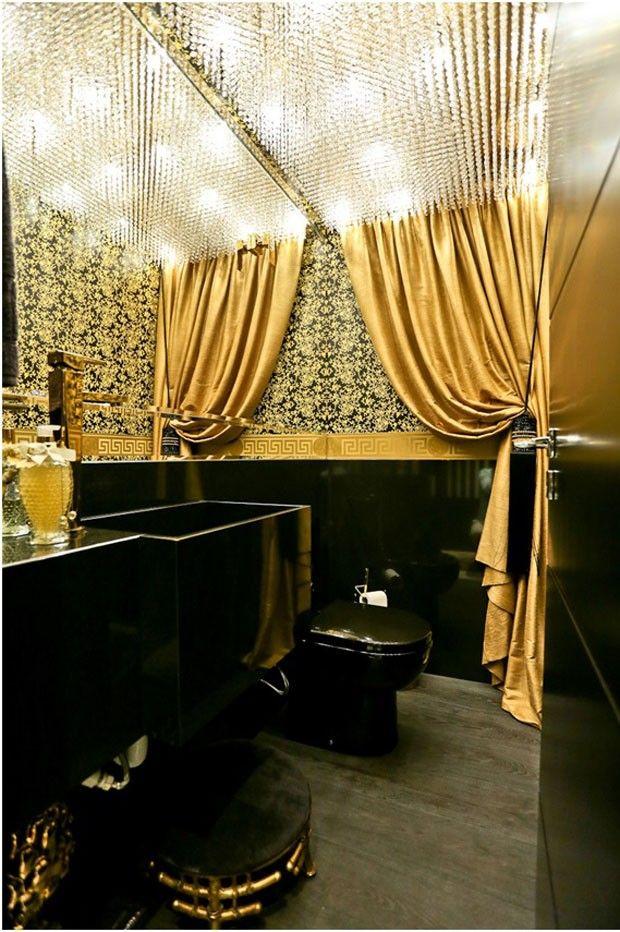 Dourado e preto criam decoração elegante no apartamento de 130 m²
