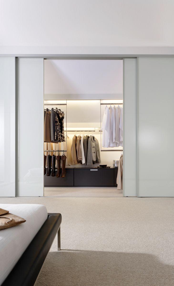 Begehbarer Kleiderschrank mit Schiebetüren. Ankleidezimmer ...