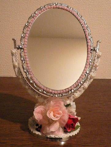 サイズ約:縦 21cm 横 13cm 鏡の大きさ約:縦 12cm 横 9cmミニサイズです。お花も円系にピンクのバラのお花を中心に付けて華やかに。ラインストー... ハンドメイド、手作り、手仕事品の通販・販売・購入ならCreema。
