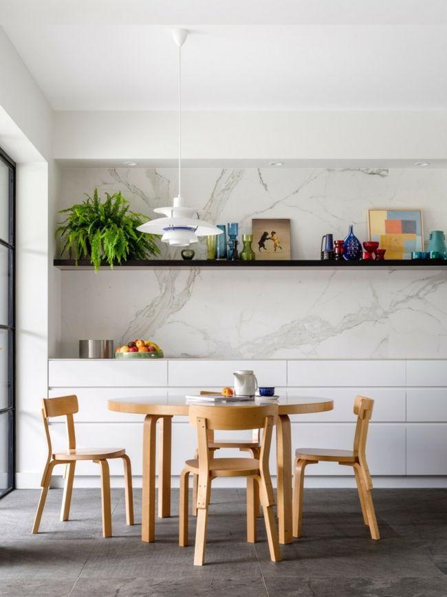 AuBergewohnlich Esszimmer Minimalistischer Stil Gemütlich Einladend Wirken Grüne  Zimmerpflanze Esstisch Stühle Aus Hellem Holz Marmor Rückwand Dunkle  Bodenfliesen