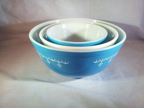 Vintage Set of 3 Pyrex Blue and White Snowflake Garland Nesting Mixing Bowls