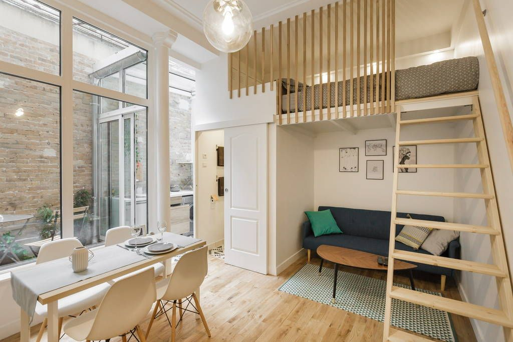 Apartamento em Paris, França. The apartment is located in the heard of Paris, it mesure 20 square meters with a bed on mezzanine (I don't now this word exist in english).   There is a small garden and a kitchen with view on the sky.  You have access at the all apartment.  Near...