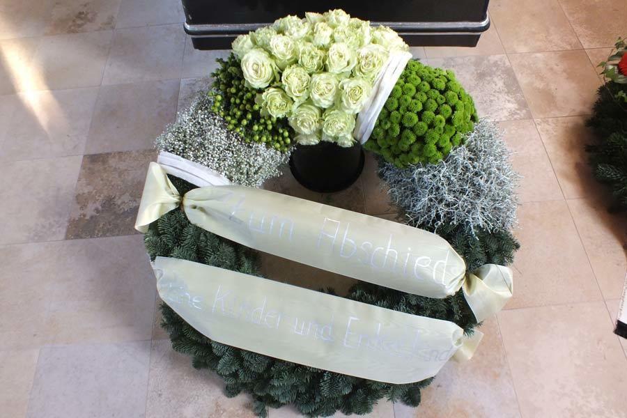 Blumenkranz mit Schleife  Trauerfloristik
