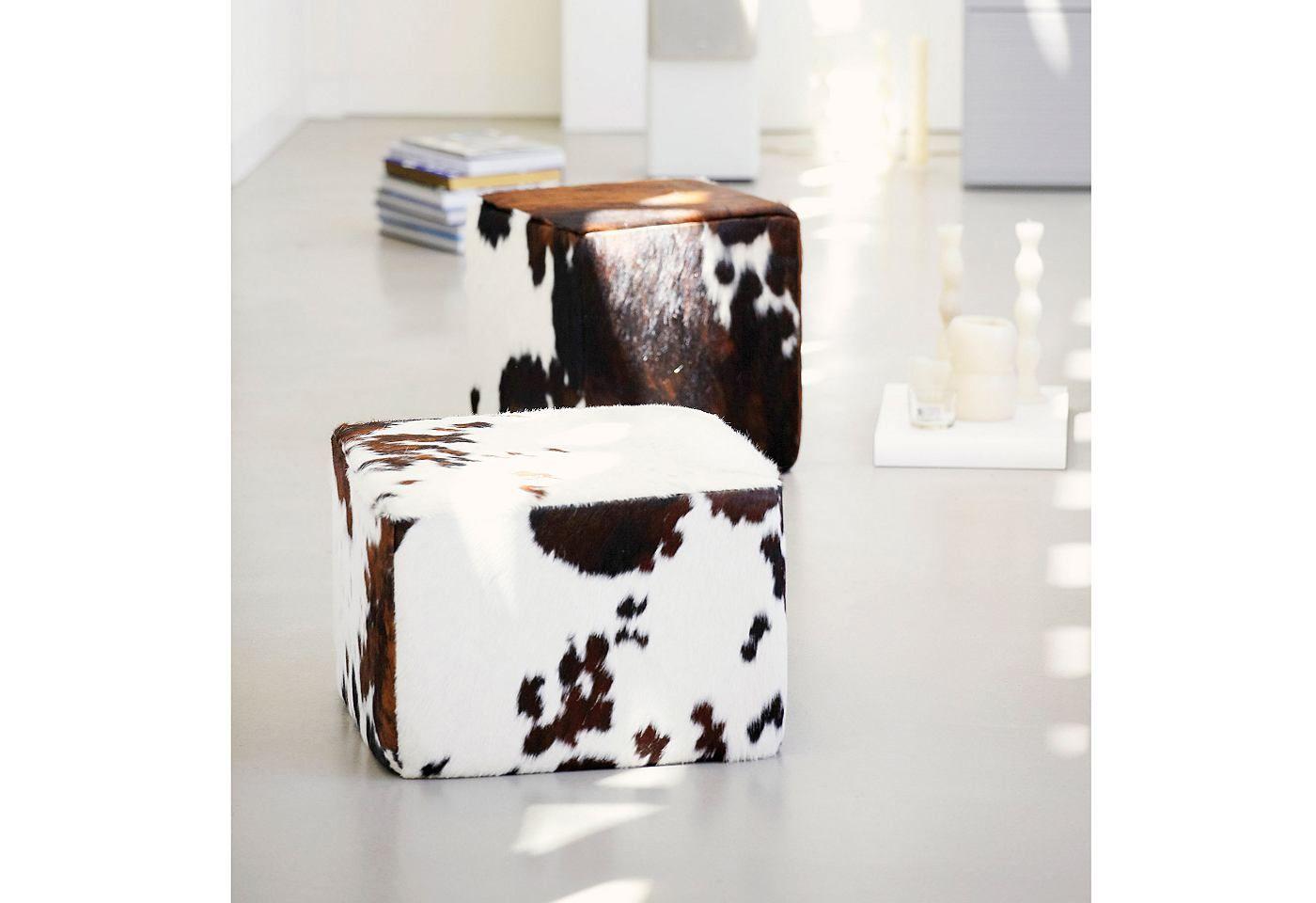Der etwas andere, besondere Sitzhocker aus echtem eingefärbten Kuhfell kann auch als Beistelltisch genutzt werden. Ein ausgefallenes Designmöbel für ganz unterschiedliche Einsatzbereiche. Hinweis: Echtes Kuhfell ist ein Naturprodukt und jedes Modell kann in der Musterung anders ausfallen. Der Bezug ist echtes, gefärbtes Kuhfell und die Füllung dieses ausgefallenen Hockers ist ein Styroporkern...
