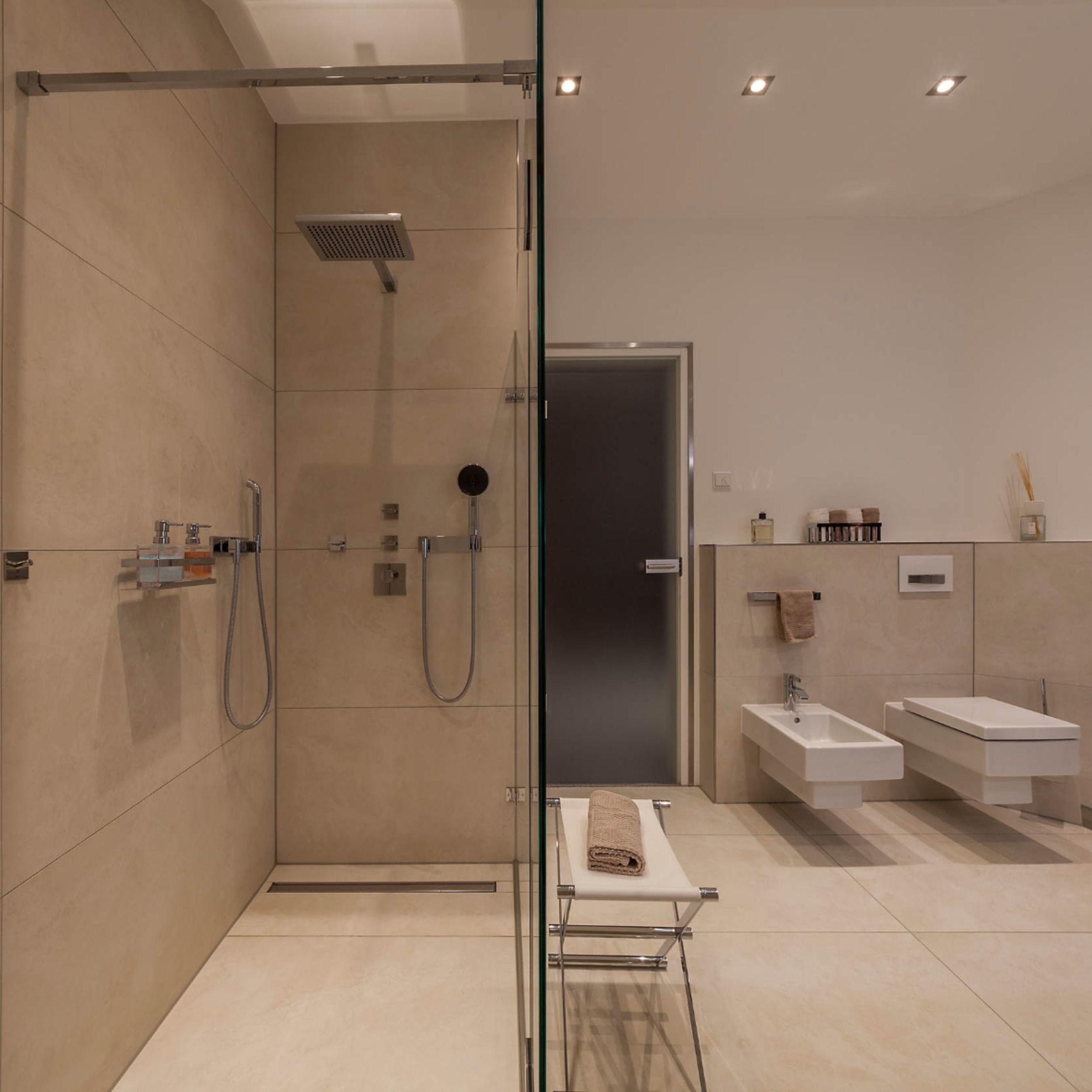 Wellnessbad in 2020   Badgestaltung, Begehbare dusche ...