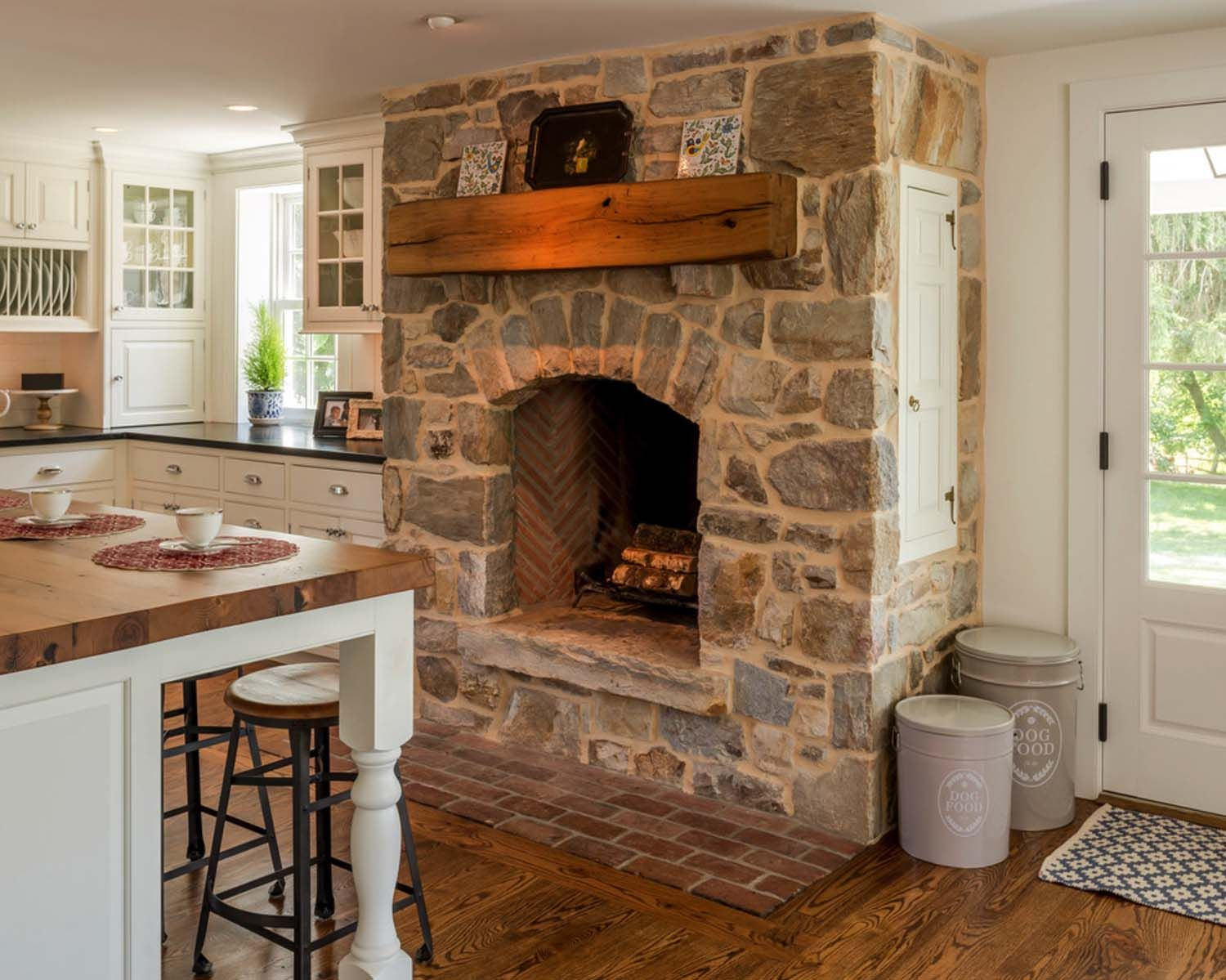 25 Fabulous Kitchens Showcasing Warm And Cozy Fireplaces Cottage