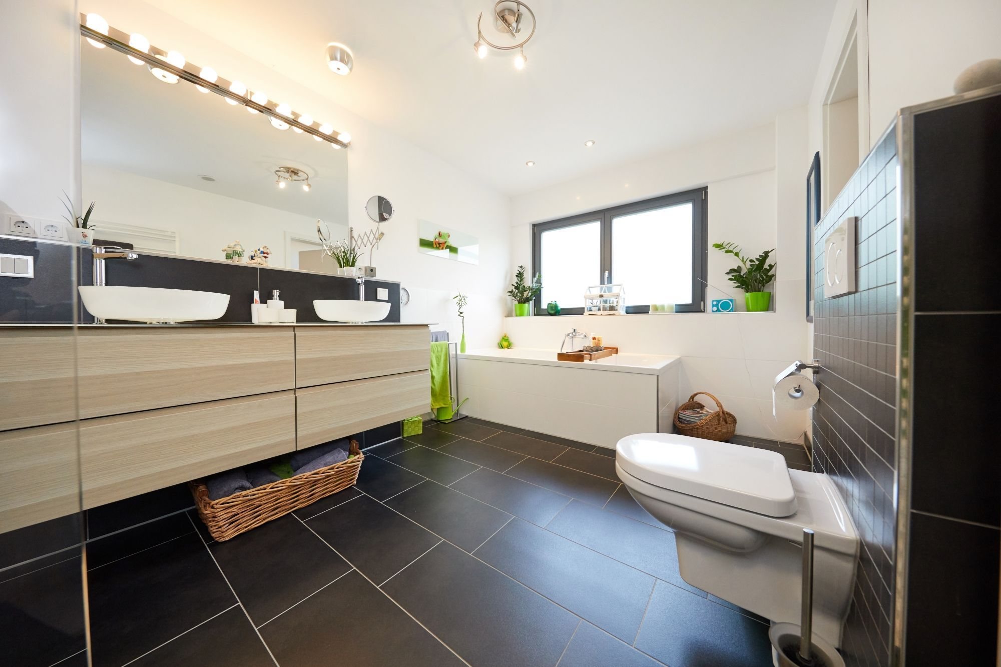 Badezimmer modern mit Doppelwaschtisch & Badewanne unter Fenster