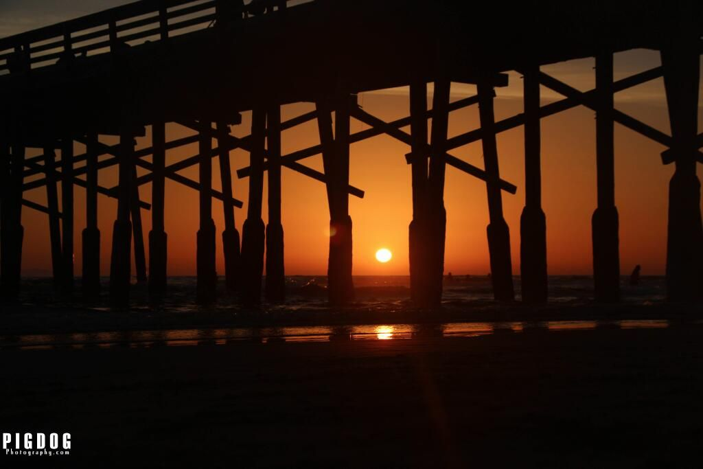 A Sunset Under The Newport Pier #sun #sunset #sunrise #newport #surf #beach #ocean #sea #surfer #surfing pic.twitter.com/oLJN0uBpYJ