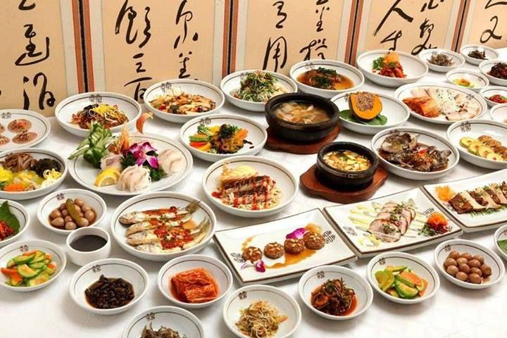 한정식 Hanjeongsik Hanjeongsik Is A Full Course Korean Meal With An Array Of Savory Side Dishes Usually The Co Food Chinese Cooking Recipes Chinese Dishes