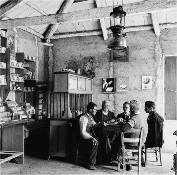 2 υπέροχες ασπρόμαυρες φωτογραφίες από καφενεία στην Ελλάδα του χθες.   Greece pictures, Greek history, Greek cafe