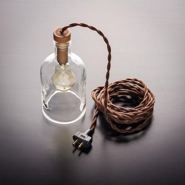 weinflasche als flaschenlampe mit kabel und gluehbirne - küchenregal mit beleuchtung