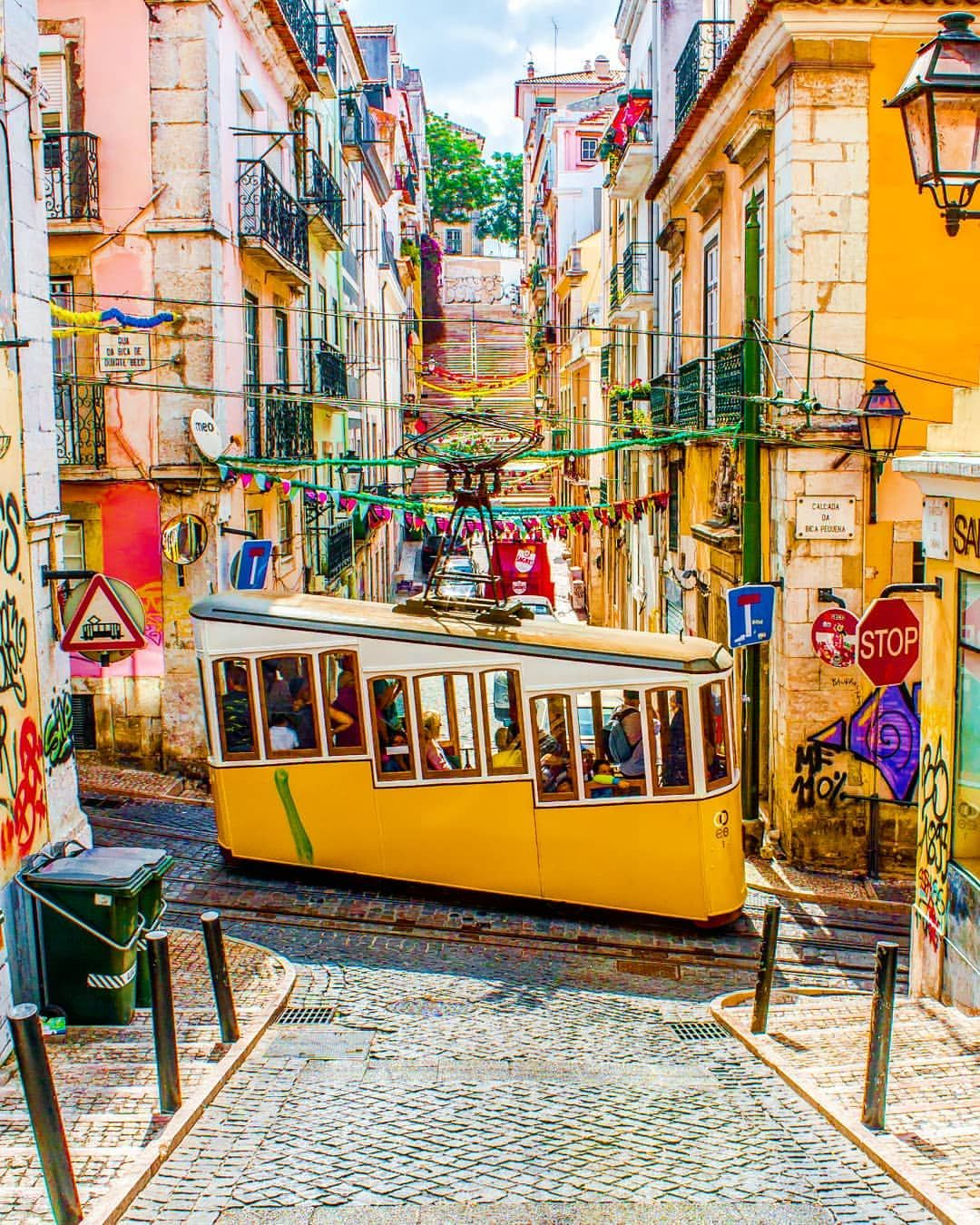 🇬🇧 Colors and trams of Lisbon are amazing ...