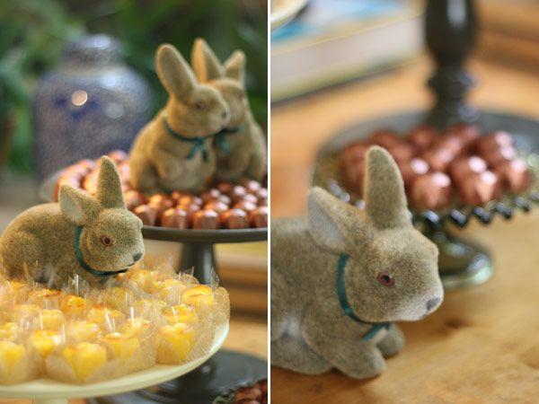 Ideias para o almoço de Páscoa - mesa de doces com bombons e coelhos ( Objetos: D. FIlipa   Fotos: Constance Zahn )