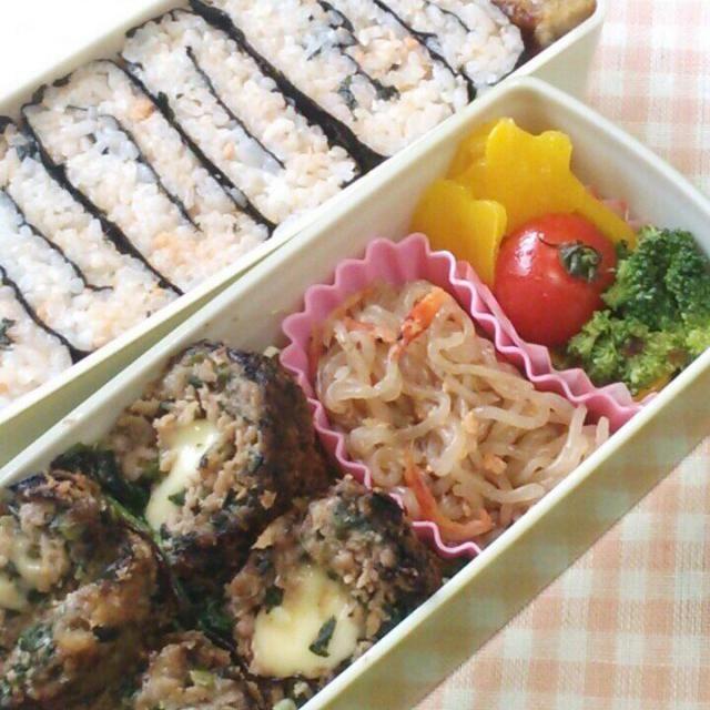 お早うございます。 ともちゃんの揚げ物シリーズ第二弾です。 じゅわ~っサクで美味しいですね~。ともちゃん素敵レシピを有り難う(*^O^*)  先に作ってたミホちゃん たともお願いいたします。  メニュー ☆しらたきと桜海炒め ☆イエローピーマン ブロッコリーのマリネ ☆蓮根のデパ地下風 ☆たたみお握り(鮭フレーク)  今日も雨だったけど、元気にいってらっしゃ~い(^_^)v - 202件のもぐもぐ - ともさんの豚挽き肉とほうれん草のチーズボール弁当♪ by オオトモ