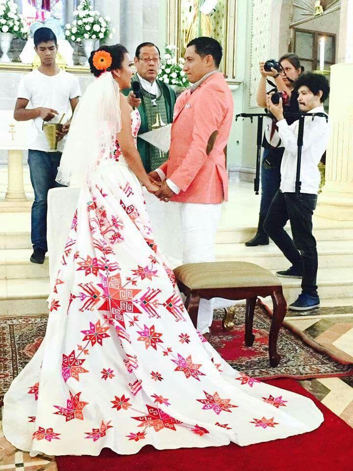 Diseño huichol vestido de novia bordado a mano. Artesanía y moda ...