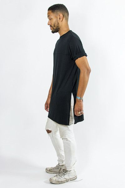 ELONGATED TEE HITS ABOVE KNEE LIGHT WEIGHT COTTON BLEND SIDE VENTS FOR EASY POCKET ACCESS MODEL 6'2'' IS WEARING A MEDIUM