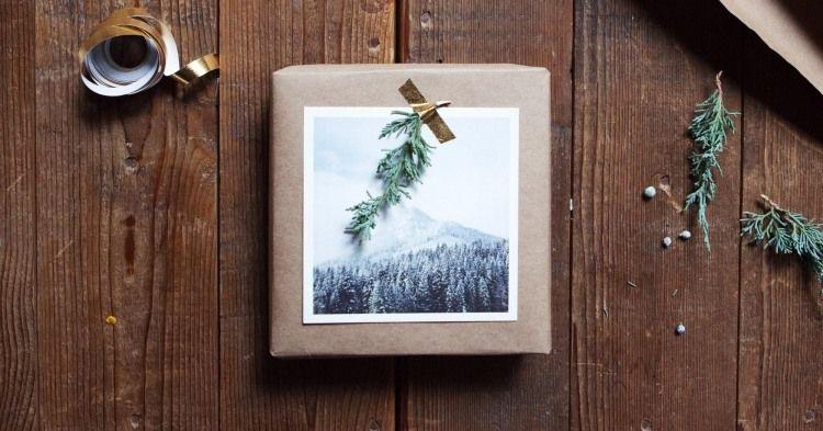 schönes Foto mit Winterlandschaft als Glückwunschkarte zum Geschenk