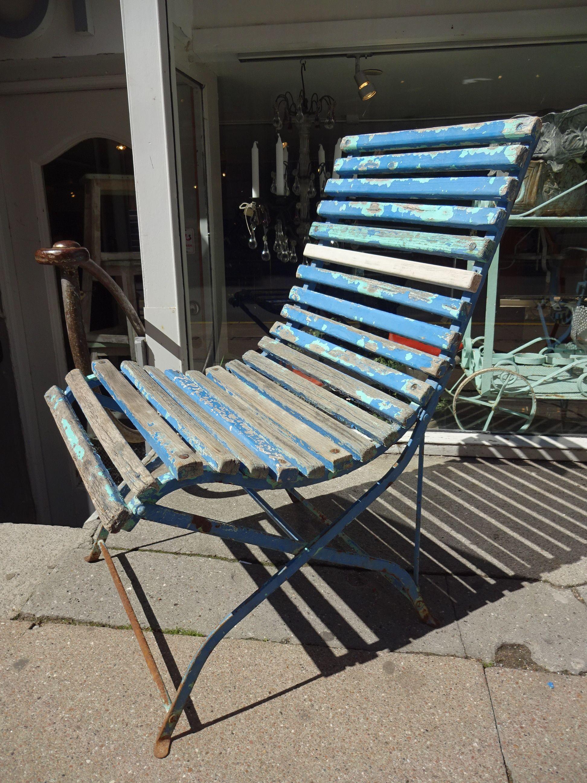 Gammel fransk havestol i smedejern og med tremmer i træ. Stolen fremstår i de smukkeste blå nuancer efter mange års brug. Lækker lækker patina!