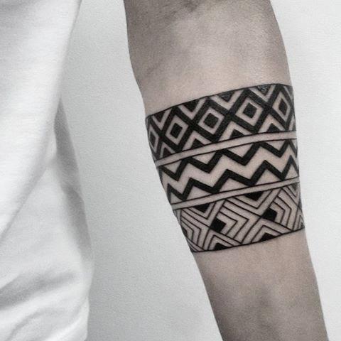25 Tatuajes de brazaletes de hombre