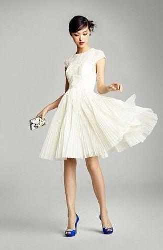 Sonar con vestido blanco y zapatos blancos