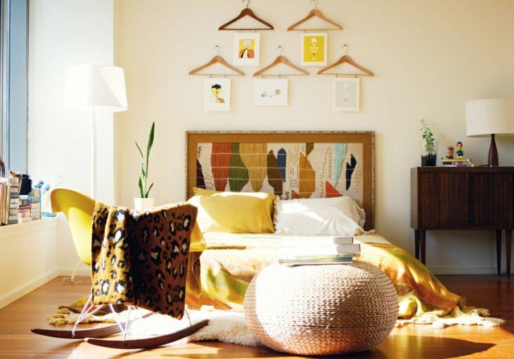 kreative Wandgestaltung Schlafzimmer Ideen Kleiderbügel Klammern