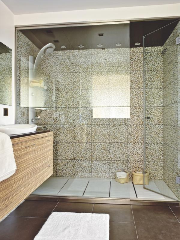 Un amplio baño moderno y cálido | Imagenes de baños, Baño y Mampara
