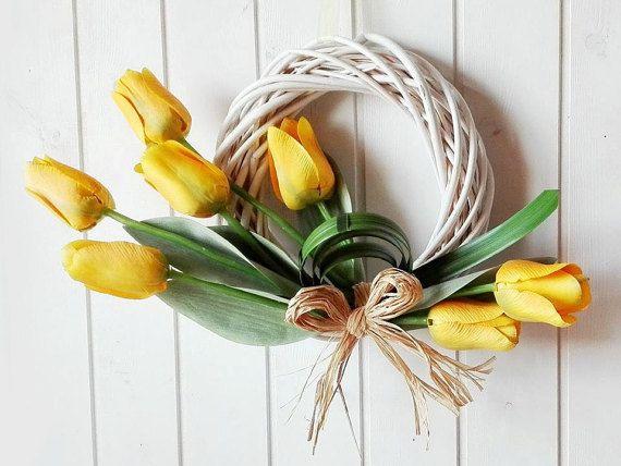 Ghirlanda primavera con tulipani gialli, ghirlanda tulipani design moderno, corona fuoriporta con tulipani, idea regalo lei o inaugurazione by Ghirlandiamo #italiasmartteam #etsy