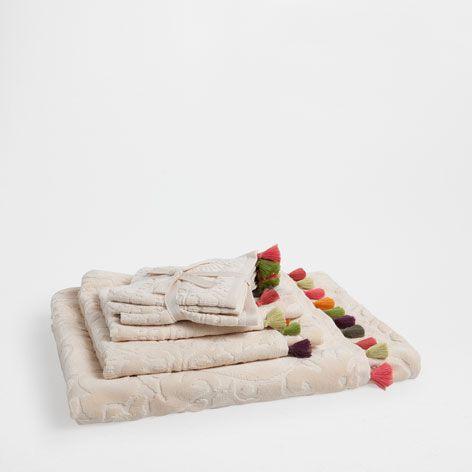 Toallas jacquard pompones toallas y albornoces ba o for Zara home toallas bano