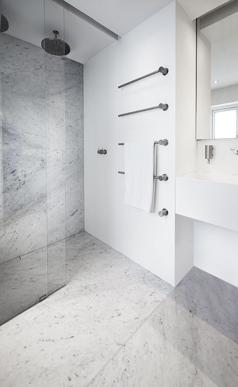 Badeværelse med eksklusiv dobbeltbruser med ekstra langt linjeafløb dekoreret med marmor, som ...