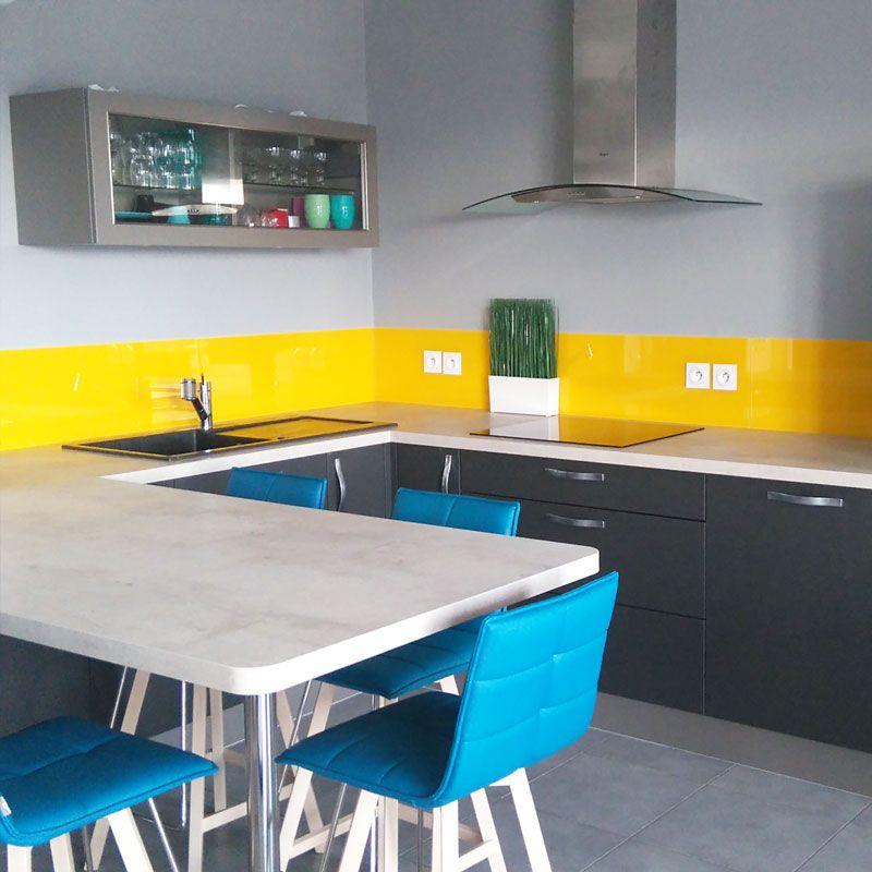 cr dence color e en coup d 39 ponge jaune safran cr dences cuisine en verre sur mesure. Black Bedroom Furniture Sets. Home Design Ideas