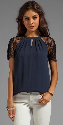d1be75a25 Blusa azul com mangas em renda