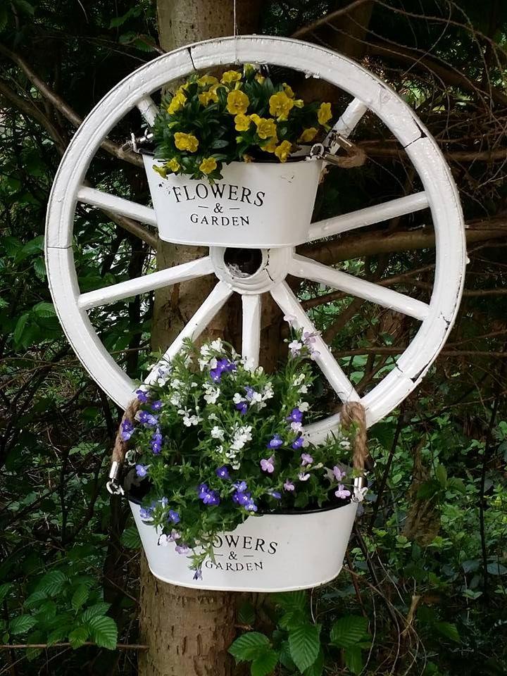Wusstest du dass man mit einem alten holzkutschenrad ganz for Gartendeko mit alten sachen