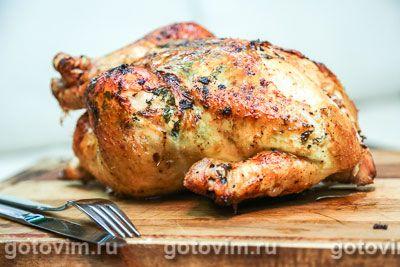 Курица, фаршированная под кожу травяным маслом получается сочной, с хрустящей корочкой и травяным ароматом. Готовить легко. Надо лишь аккуратно отделить кожу от мяса и распределить слой травяного масла, не повредив шкурку.