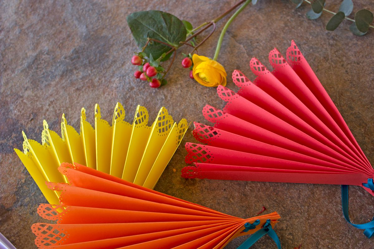 Spanish wedding diy paper fan spanische fiesta wedding - Spanische deko ...