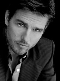 Tom Cruise. S)