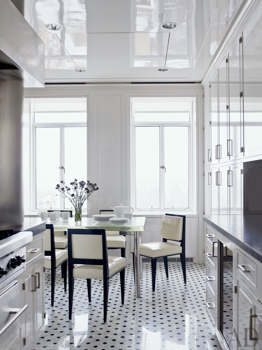A black-and-white kitchen by Delphine Krakoff\'s Pamplemousse Design ...