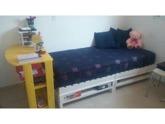 Des meubles, des lits, des tables basses, des armoires, des bancs