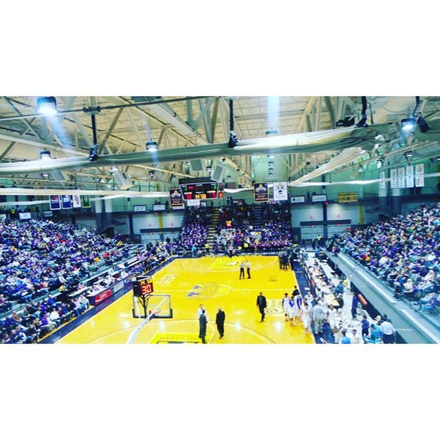 Sefcu Arena Is Packed With Fans Cheering For Ualbany Men S