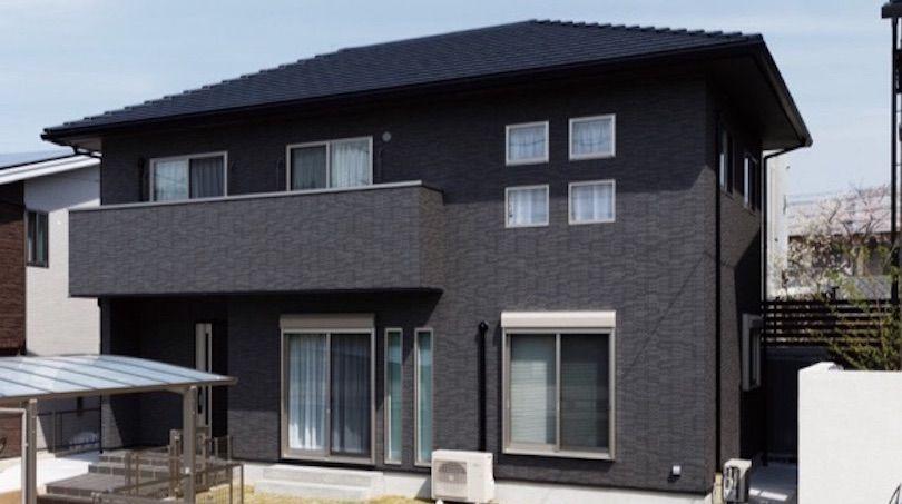 屋根と外壁タイルを黒に統一 重厚感と高級感ある外観に 住宅 外観
